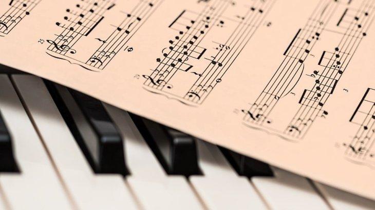 【イヤーワーム|テトリス効果】頭の中で歌のメロディが何度も流れるのはなぜ?