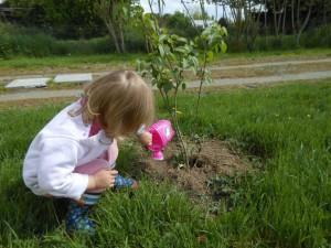 Bébé joue dehors