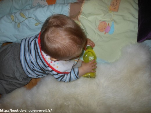 Bébé 9 mois bouteilles coloréess