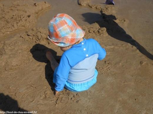 Bébé 11 mois dans le sable