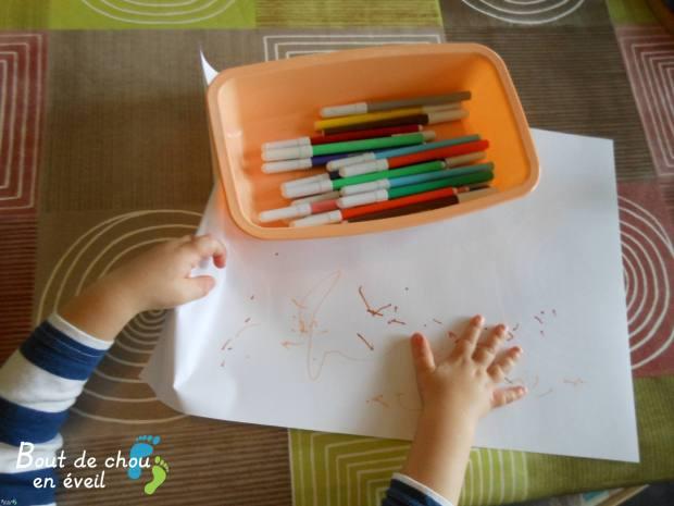 Bébé 2 ans dessine