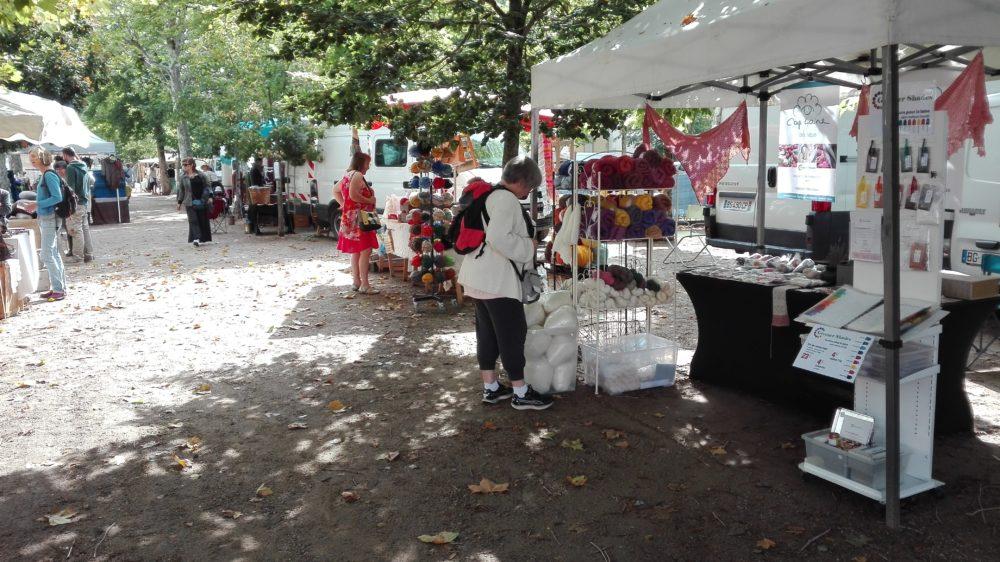 Stand CapLaine au marché de la laine à Sauxillanges, laines étiques et teinture pour la laine