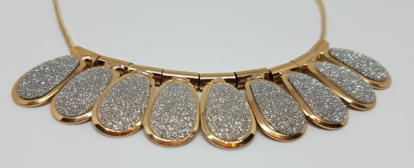 Collier fantaisie multitude de plateaux scintillants detail