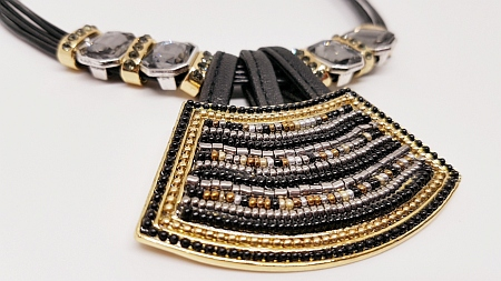 Collier perles noires et or detail 2