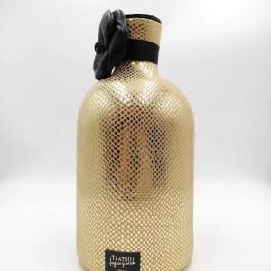 Vaso diffusore in ceramica rivestito in pelle martellata color oro. Comprese anche le stecche in legno.