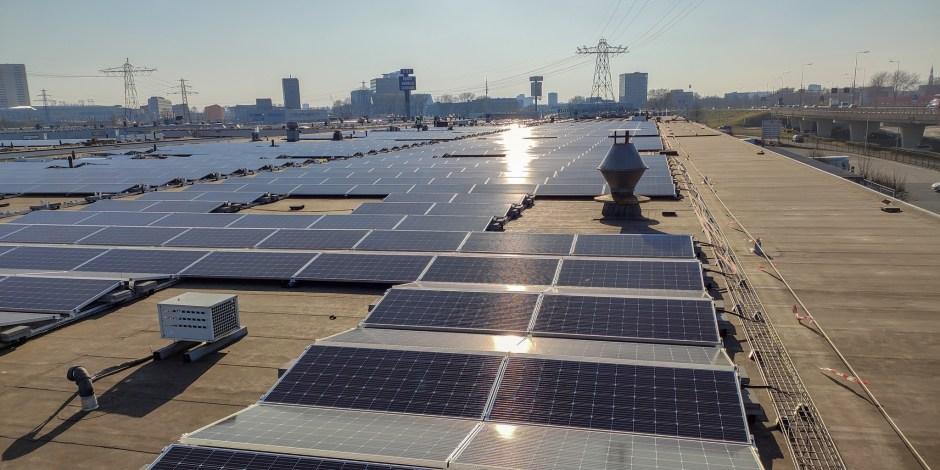 Dakeigenaren in Amsterdam aan de slag met zonne-energie