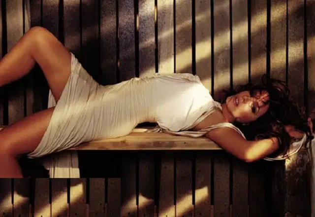 Kate Beckinsale busts amazing leg moves