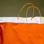 紙袋の活用法は、やはり便利なサブバッグ。紙袋を持つことが流行⁉