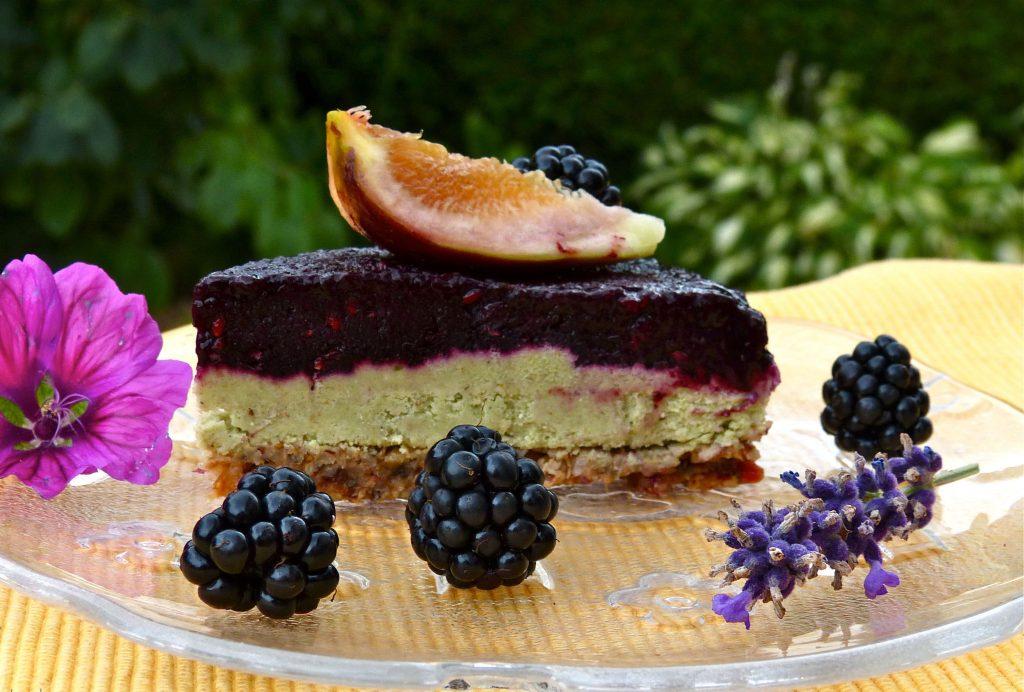 L1050559 1024x692 - Gesunder Genuss auf drei Ebenen: halbgefrorene Brombeer-Cashew-Torte (roh, zuckerfrei & vegan)