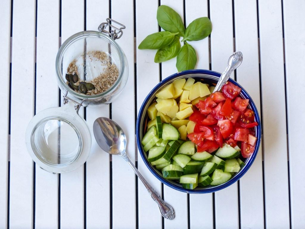 L1050853 LR 20 1024x768 - Lauwarmer Kartoffelsalat mit Gurke und Tomate