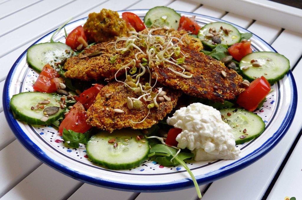 L1060113 1024x680 - Würzige Kürbis-Linsen-Bratlinge auf buntem Salat mit Sprossen