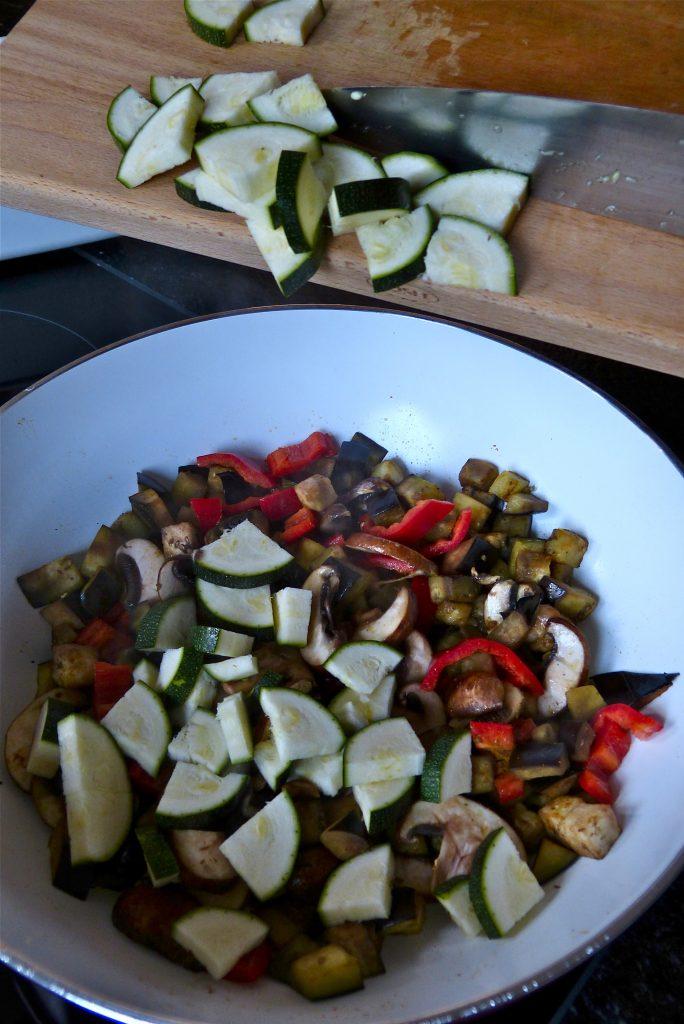 L1050185 684x1024 - Knuspriger Buchweizen-Pfannkuchen mit bunter Gemüsefüllung & über das Kochen im Alltag