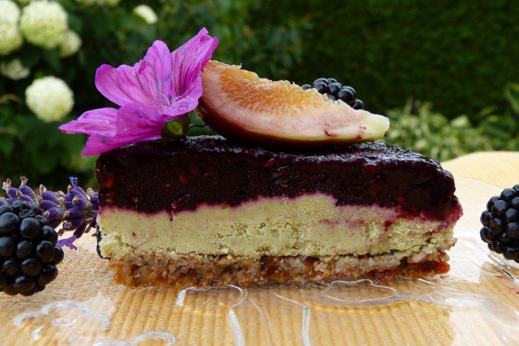 L1050563 1024x684 - Gesunder Genuss auf drei Ebenen: halbgefrorene Brombeer-Cashew-Torte (roh, zuckerfrei & vegan)