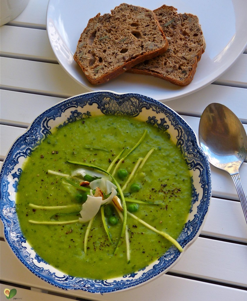 L1050789 842x1024 - Frische Farbe für graue Tage: Pikante Zucchini-Kokos-Suppe