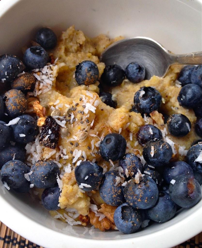 IMG 7494 835x1024 - Warmes Frühstück für kalte Tage: Mais-Grießbrei mit Banane, Blaubeeren und Zimt