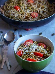 L1050853 LR 49 225x300 - Wie ihr eure Pesto Pasta gesund und nährstoffreich macht (in nur 5 Minuten!)