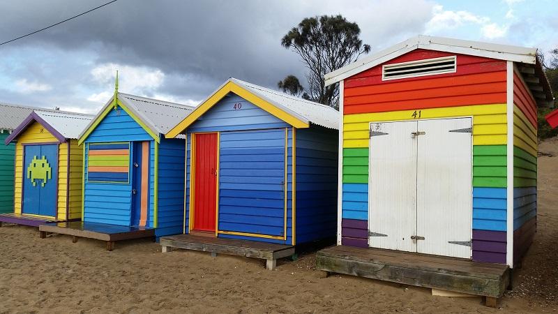 Cabanes de plage dégradé de couleurs et arc en ciel qui donnent des idées pour une cabane de jardin