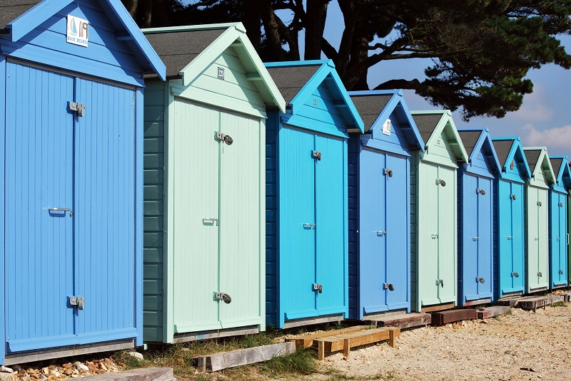 Cabanes de plage camaïeu de bleu idéal en bord de mer