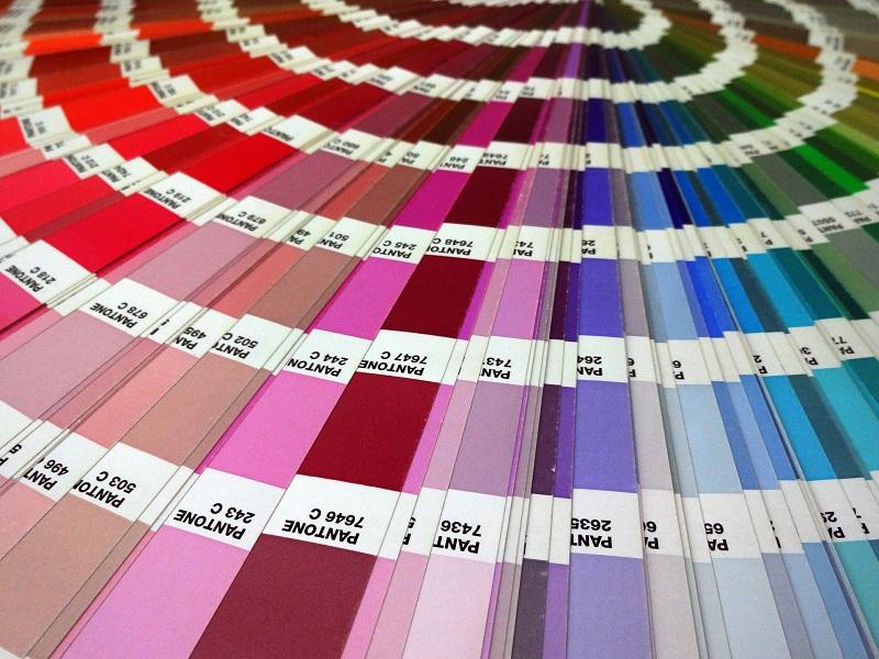 éventail de couleurs pantone allant du rouge au bleu
