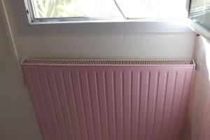 """radiateur peint en rose avec peinture spéciale dans la box déco couleur """"radiateur"""""""