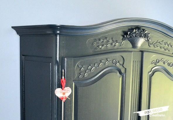 armoire normande peinte en gris anthracite détail des moulures
