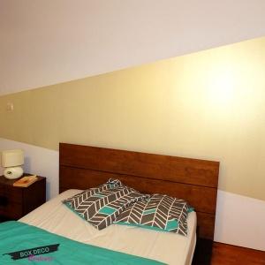 peinture murale dorée utilisée en tete de lit