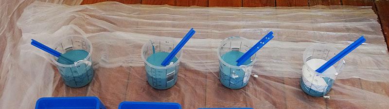 ajout de peinture blanche dans les gobelets doseurs pour avoir un dégradé de couleurs