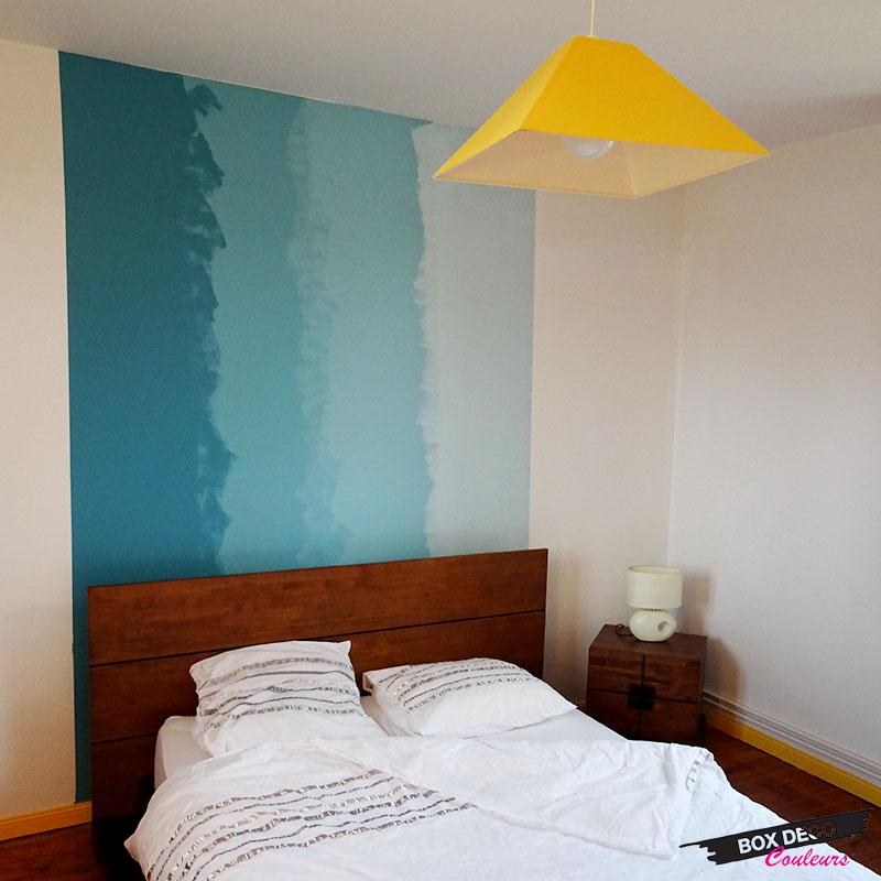 peinture murale en tie and dye dans une chambre dégradé de bleu en tete de lit