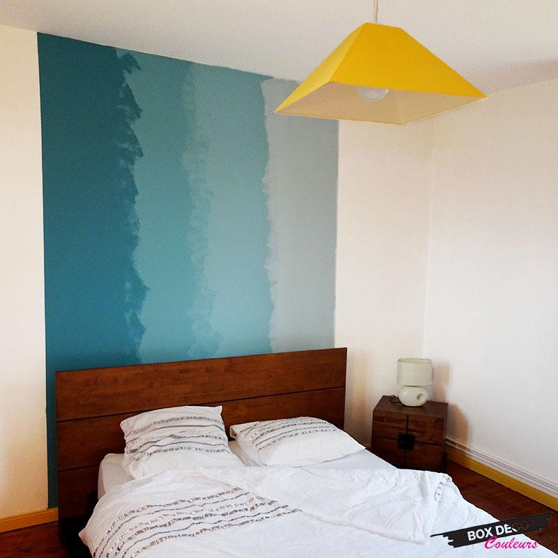 tie and dye en peinture murale teintes bleues en tête de lit