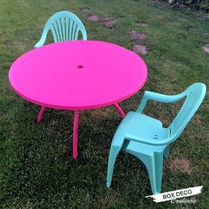 salon de jardin en plastique rose et bleu