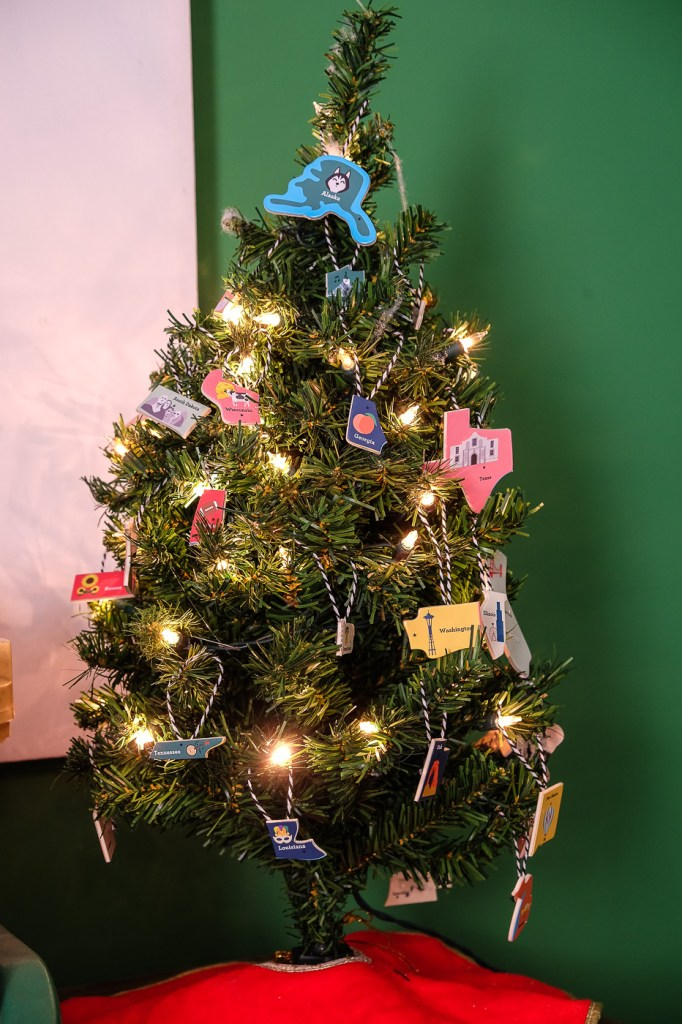 US states mini Christmas tree; diy ornaments made from upcycled puzzle
