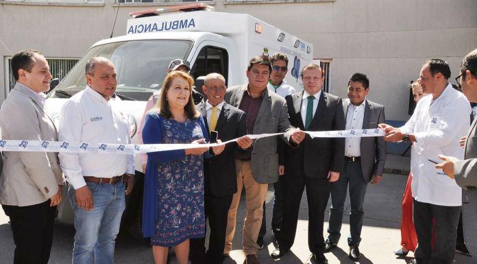 En la entrega oficial de la ambulancia medicalizada estuvieron el alcalde encargado, Julián Hernández, y la gerente, Flor Cárdenas.