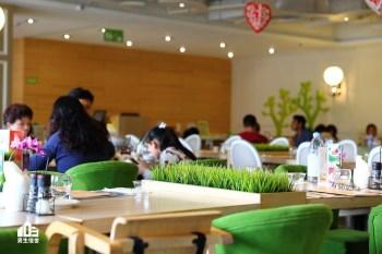 【台中】梨子咖啡館崇德店 純白沙池、兒童閱讀區,跳脫框架並保有空間美感的親子餐廳