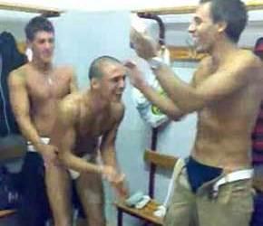 Brincadeira entre héteros no vestiário após partida de futebol