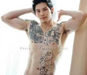 Asian Boy: Bonito, tatuado e bem gostoso