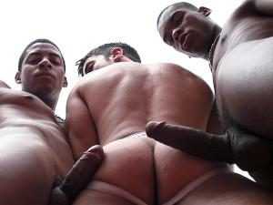 Tommy Lima dando a bunda para dois negros cariocas