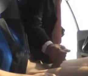 Executivo alisando a caceta do garotão em local público - Amador