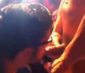 Rafael Alencar mija e beija na boca no fã em boate - Amador