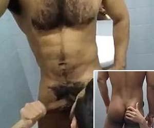 Chupando rola do moreno peludo no banheiro público