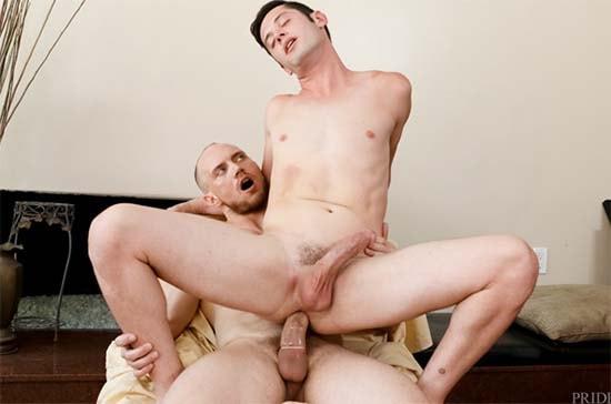 John Magnum & Chase Young filho senta na rola grossa do pai e geme muito sexo gay