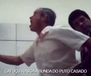 Cafuçu rasga o cu do pai de família no banheiro público