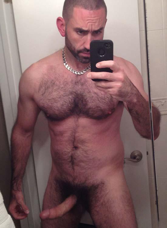 careca gostoso barbado pelado banheiro pau pentelhudo sacao