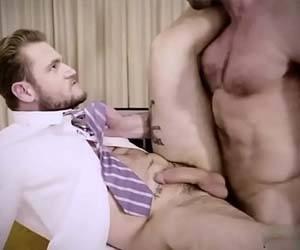 Homens barbudos e parrudos fodendo na mesa do escritório