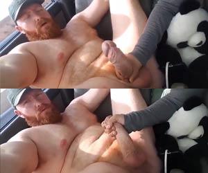 Punhetando o caralhão grosso do ruivo Thor Johnson