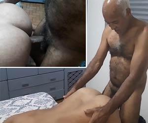 Homem mais velho peludo comendo cu gay