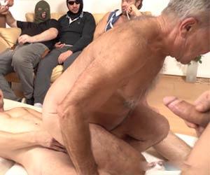 Grisalho participa de orgia gay com os garotões