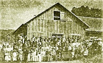 Primeira conferência pública em Gaspar Alto. Atrás, o primeiro templo, de madeira