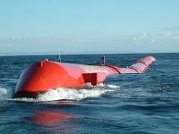 El Pelamis o Cobra Marina tiene forma de submarino y se mueve gracias a la energía de las olas que pasan por su tubos
