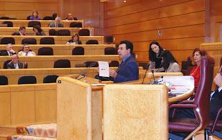 Félix Lavilla, senador PSOE Soria, mostrando gráfico al Pleno del Senado con la subida de los carburantes. Fotografía Arantxa Gutiérrez, Departamento de Prensa Grupo Socialista Senado