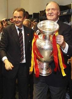 en los vestuarios. El Rey con el Presidente Zapatero y la copa de Europa. Reuters